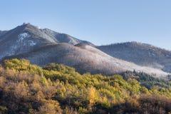 Erster Schnee auf den Apennine-Bergen, Italien Stockfotografie