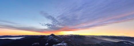 Erster Schnee auf den Morgengebirgskanten Stockfotos