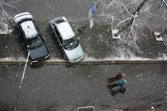 Erster Schnee in der Stadt Stockfoto