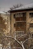 Erster Schnee in der Stadt Lizenzfreies Stockfoto