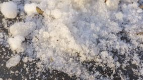 Erster Schnee im Park Asphalt unter dem Schnee stockbilder