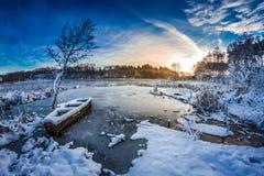 Erster Schnee im Winter auf dem See Stockbild