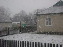 Erster Schnee vom Fenster Stockbilder