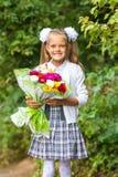 Erster Sortierer mit Blumenstrauß von Blumen glücklich lächelnd Lizenzfreie Stockfotografie