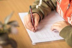 Erster Sortierer schreibt Briefe in einem Notizbuch Stockfotografie