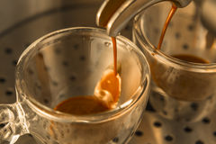 Erster Strom des starken Espressokaffees Stockbilder
