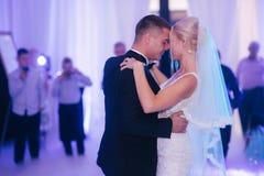 Erster Tanz von stilvollen Hochzeitspaaren Hübscher Bräutigam und elegante Braut im Restaurant stockfotografie