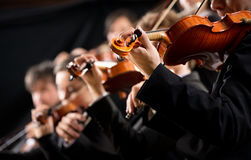 Erster Violinenabschnitt des Orchesters Stockfotografie