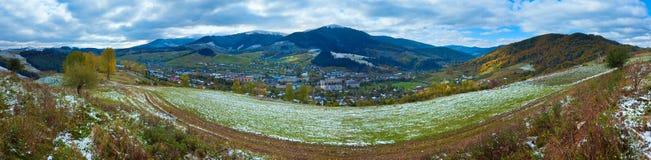 Erster Winterschnee im Karpatenberg Lizenzfreie Stockfotografie
