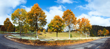 Erster Winterschnee und bunte Bäume des Herbstes nähern sich Gebirgsstraße Lizenzfreie Stockfotos