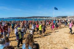 Erstes Bad des Jahres auf dem Ozean Stockfotos