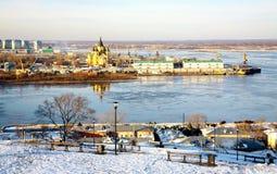 Erstes Eis auf dem Fluss Oka und Kathedrale Nevsky Nischni Nowgorod lizenzfreies stockbild