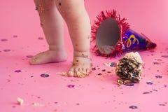 Erstes Geburtstagszertrümmern der Kuchen Lizenzfreies Stockbild