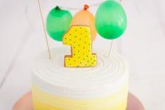 Erstes Geburtstagszertrümmern der Kuchen Der Kuchen mit Nummer Eins und wenig Ballons Drei Bandpartner singen und spielen Gitarre Lizenzfreie Stockbilder