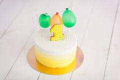 Erstes Geburtstagszertrümmern der Kuchen Der Kuchen mit Nummer Eins und wenig Ballons Drei Bandpartner singen und spielen Gitarre Lizenzfreie Stockfotos