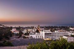Erstes Licht im Himmel über Ozeanhorizont vor Sonnenaufgang Stockfotos