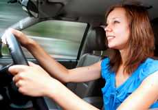 Erstes Mal des jungen erwachsenen Mädchenautofahrens stockbilder