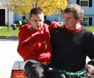 Erstes Mal des Vatis und des jungen Mannes auf einem Fahrrad stockbild