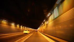 Erstes Personenauto-Windschildglaszeitspanne pov-Fahrzeug, das in Landstraßen-Straßentunnel des Nachtbeleuchtungslichtes modernen stock video