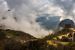 Erstes Sonnenlicht auf Machu Picchu von der Öffnung bewölkt sich lizenzfreie stockfotos