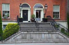 Erstes Stockwerk und Eingang zum schönen Gebäude Stockbild
