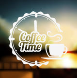 Erstklassiger Kaffeeaufkleber über defocus Hintergrund vektor abbildung