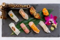 Erstklassiger Sushi-Satz umfassen Engawa, Hamachi, Hotate, Toro, Fettleber, Lachse, Seeigel und Tai Lizenzfreies Stockbild