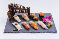 Erstklassiger Sushi-Satz umfassen Engawa, Hamachi, Hotate, Toro, Fettleber, Lachse, Seeigel und Tai Lizenzfreie Stockfotografie
