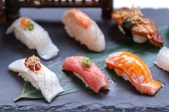 Erstklassiger Sushi-Satz umfassen Engawa, Hamachi, Hotate, Toro, Fettleber, Lachse, Seeigel und Tai Lizenzfreies Stockfoto
