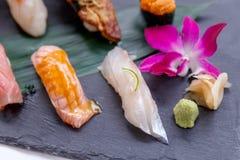 Erstklassiger Sushi-Satz umfassen Engawa, Hamachi, Hotate, Toro, Fettleber, Lachse, Seeigel und Tai Lizenzfreie Stockfotos