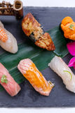 Erstklassiger Sushi-Satz umfassen Engawa, Hamachi, Hotate, Toro, Fettleber, Lachse, Seeigel und Tai Stockbild