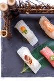 Erstklassiger Sushi-Satz umfassen Engawa, Hamachi, Hotate, Toro, Fettleber, Lachse, Seeigel und Tai Lizenzfreie Stockbilder