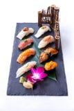 Erstklassiger Sushi-Satz umfassen Engawa, Hamachi, Hotate, Toro, Fettleber, Lachse, Seeigel und Tai Stockfoto