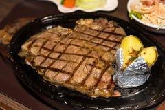 Erstklassiges amerikanisches Prime Rib-Steak auf einer Metallplatte servierfertig lizenzfreie stockbilder