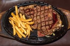 Erstklassiges amerikanisches Prime Rib-Steak mit Pommes-Frites lizenzfreie stockbilder