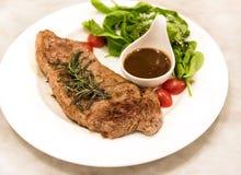 Erstklassiges ribeye Steak auf einem gut verzierten Teller stockfoto