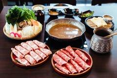 Erstklassiges seltenes Scheiben Kurobuta-Schwarz-Schweinschweinefleisch mit hoch-gemarmorter Beschaffenheit auf hölzernen Platten lizenzfreie stockfotos