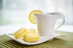 Čerstvé citrón macarons. Fresh lemon macarons with tea Royalty Free Stock Images