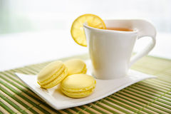 Čerstvé citrón macarons. Fresh lemon macarons with tea Royalty Free Stock Photography
