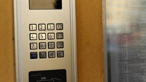 Ersuchen um Doorphone stock video