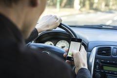Ersuchen um Handy im Auto beim Fahren Stockfotos