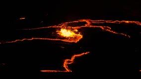 Erta强麦酒火山火山口,熔化的熔岩飞溅, Danakil消沉埃塞俄比亚 免版税库存图片