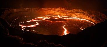Erta强麦酒火山火山口,熔化的熔岩, Danakil消沉,埃塞俄比亚 免版税图库摄影