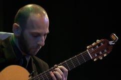 Ertan Ilijaz, der Gitarre spielt stockfotografie