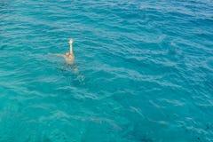 Ertrinken des Mannes im Meer bitten um Hilfe mit den angehobenen Armen Der Mann ertrinkt im Meer Mann, der im Meer und in der wel lizenzfreie stockfotos