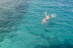 Ertrinken des Mannes im Meer bitten um Hilfe mit den angehobenen Armen Der Mann ertrinkt im Meer Mann, der im Meer und in der wel lizenzfreies stockfoto