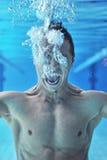 Ertrinken des Mannunterwassertauchers stockfotografie