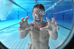 Ertrinken des Mannunterwassertauchers lizenzfreies stockfoto