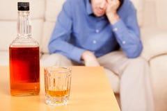Ertrinken von Sorgen im alkoholischen Getränk Lizenzfreie Stockfotos