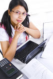 Erudito femminile che esamina macchina fotografica Fotografie Stock Libere da Diritti